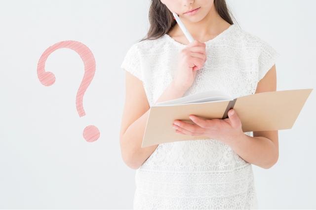 本の中身を見て疑問を持つ女性